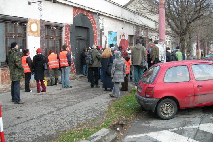 zhromaždenie pred starou Stokou pred zbúraním budovy (foto T. Brederová)